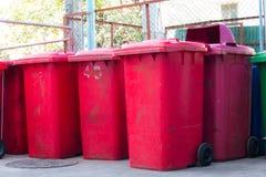 Compartimientos azules, rojos, papeleras de reciclaje Imagenes de archivo