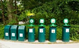 Compartimientos de basura en lugares públicos Fotos de archivo