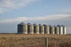 Compartimientos del grano cerca de Chestermere, Alberta Fotos de archivo libres de regalías