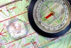 Compas de navigation sur la carte topographique image stock