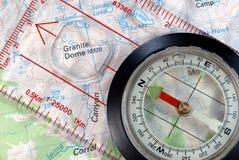 Compas de navigation sur la carte topographique photo stock