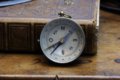 Compas e livro velhos do mapa Fotos de Stock