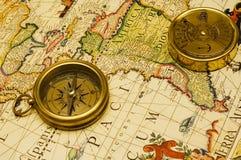 Compas et calendrier d'or de vieux type sur une carte Images libres de droits