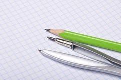Compas et crayon sur le copybook photographie stock libre de droits