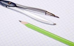 Compas et crayon sur le copybook image stock