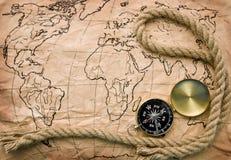 Compas et vieille carte Photo stock