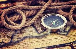 Compas et vieille carte Images stock