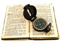 Compas et vieux livre Photo stock