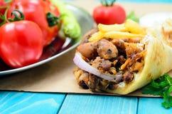 Compas gyroscopiques grecs de pain pita de Traditiona avec de la viande, pommes de terre frites, tomate, o Photos libres de droits