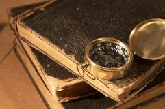 Compas sur des livres photographie stock libre de droits