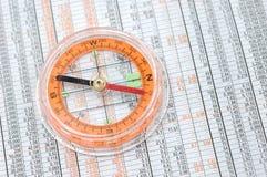 Compas sur des numéros de marché boursier Image stock