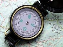 Compas sur la carte 1 de topo Photos stock