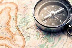 Compas sur la carte photo stock