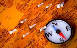 Compas sur la carte européenne avec des indicateurs Images stock