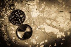 Compas sur la carte topographique photographie stock libre de droits