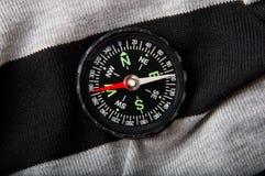 Compas sur un fond gris-foncé Image libre de droits