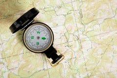 Compas sur une carte topographique photographie stock