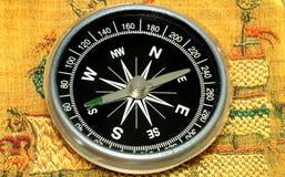 Compas und alte Abdeckung vom Buch Lizenzfreie Stockbilder