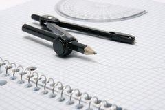 Compas und Winkelmesser auf Diagramm Lizenzfreies Stockfoto