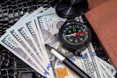 Compass на США 100 долларов с примечанием, ручкой Стоковая Фотография