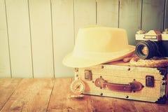 Compasso, câmera da corda e chapéu velhos do fedora conceito do explorere Imagens de Stock