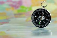 Compasso colocado em um mapa de papel imagens de stock