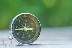 Compasso com fundo do verde do borrão, conceito do planeamento da viagem fotos de stock royalty free