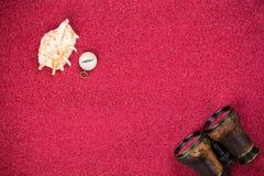 Compasso com shell e binóculos Foto de Stock Royalty Free