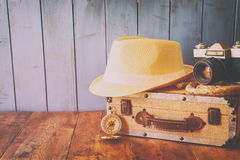 Compasso, corda, câmera velha e chapéu do fedora conceito do explorador Fotografia de Stock