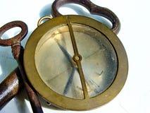 Compasso da marinha do vintage e ferro de três vintages, chaves oxidadas no fundo branco imagens de stock