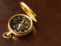 Compasso de bronze na madeira Fotos de Stock Royalty Free