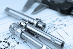 Compasso de calibre com parte na engenharia Fotografia de Stock
