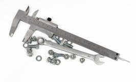 Compasso de calibre de corrediça, chave inglesa, porcas - e - parafusos Foto de Stock Royalty Free