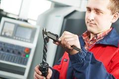 Compasso de calibre de medição da ferramenta do trabalhador à mão Imagens de Stock