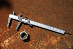 Compasso de calibre e porca do metal Foto de Stock