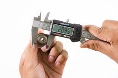 Compasso de calibre vernier de Digitas que mede o tamanho de imagem de stock