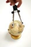 Compasso de desenho no globo Fotografia de Stock