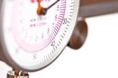 Compasso di misurazione di precisione - macro su bianco immagini stock
