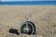 Compasso do turista na areia Foto de Stock Royalty Free
