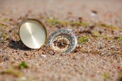 Compasso do turista na areia quente Fotos de Stock