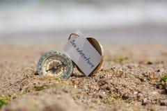 Compasso do turista na areia quente Foto de Stock