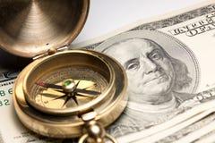 Compasso do vintage em cem contas de dólar dos EUA. imagens de stock