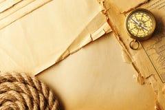 Compasso e corda antigos sobre o mapa velho Fotos de Stock Royalty Free