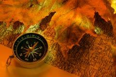 Compasso e mapa extrangeiro velho do curso fotos de stock royalty free