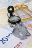 Compasso em euro- notas de banco Imagens de Stock
