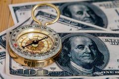 Compasso em U S banknotes imagem de stock royalty free
