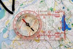 Compasso em um mapa Fotografia de Stock Royalty Free