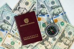 Compasso internacional nos dólares no fundo fotografia de stock royalty free