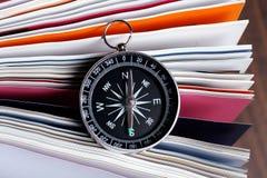 Compasso magnético em um livro Imagem de Stock Royalty Free