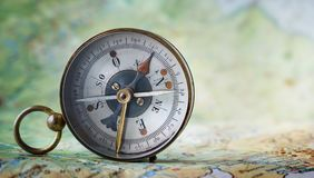Compasso magnético no mapa do mundo Curso, geografia, navegação, tou fotografia de stock royalty free